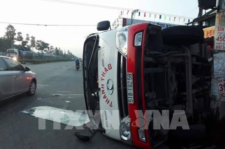 Tai nạn nghiêm trọng giữa xe khách và xe container ở Bình Dương