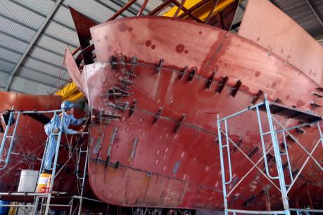 Niềm vui chưa trọn khi những con tàu vỏ thép bị sự cố