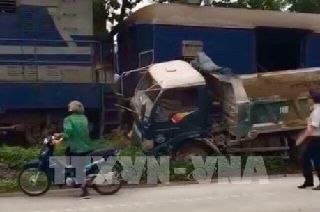 Va chạm giữa tàu chở than và xe tải tại Quảng Ninh, một người bị thương nặng