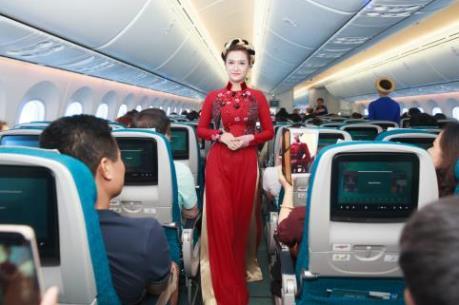 Tiếp viên Vietnam Airlines trình diễn áo dài tại độ cao 10.000m trên không