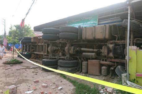 Xe container bị lật, đè sập phần trước của 3 căn nhà