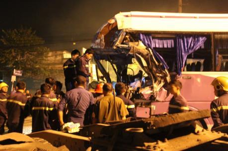 Bình Dương: Xe khách va chạm xe containe làm 1 người chết, 1 người bị thương