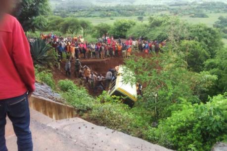Xe buýt đâm vào hẻm núi, gần 30 học sinh thiệt mạng