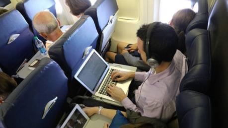 EU và Mỹ họp khẩn về lệnh cấm thiết bị điện tử trên máy bay
