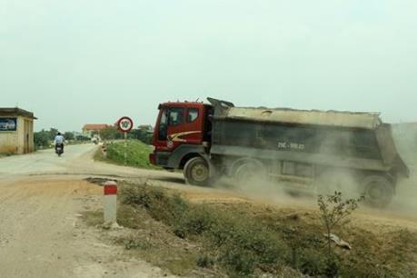 Xe quá tải phá nát nhiều tuyến đê tại Hà Nội