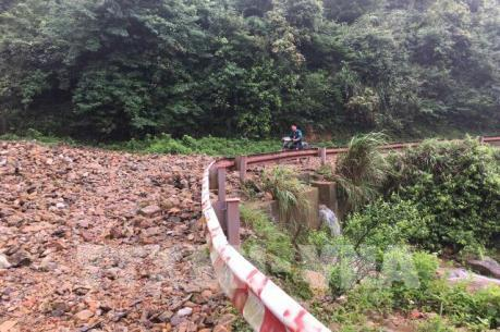 Mưa to gây sạt lở đường lên Khu du lịch Mẫu Sơn