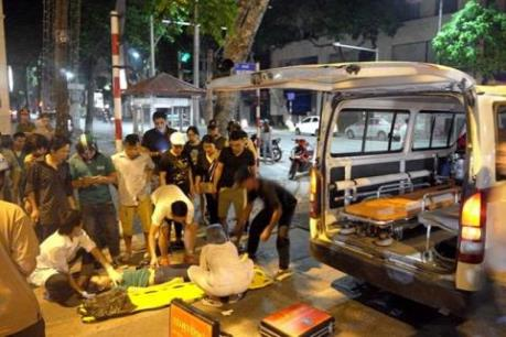 Xe cấp cứu gây tai nạn rồi bỏ chạy trong đêm tại Hà Nội