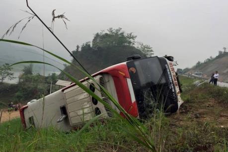 Lật xe khách nghiêm trọng khiến hơn 40 người thương vong