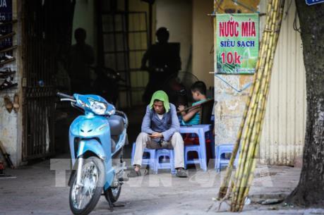 Người dân Hà Nội chật vật trong đợt nắng nóng gay gắt nhất từ đầu hè