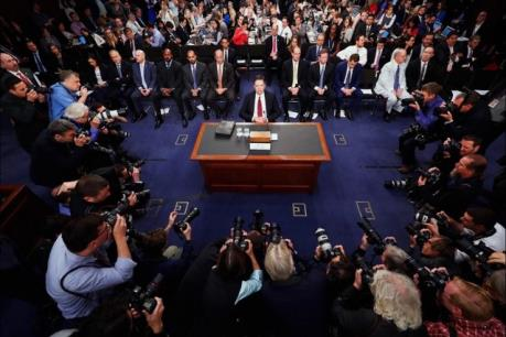 Đằng sau bức ảnh 'gây bão' về buổi điều trần cựu Giám đốc FBI