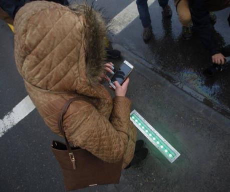 """Chile lắp đặt đèn giao thông cho người """"nghiện"""" di động"""