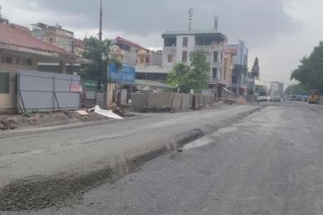 """Nhà thầu lên tiếng vụ """"rải nhựa đường trong mưa"""" tại dự án vành đai 3 Hà Nội"""