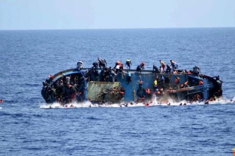 Lật tàu cao tốc chở 51 người ở ngoài khơi Indonesia