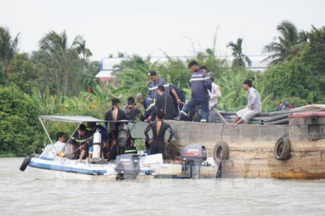 Tin mới vụ va chạm sà lan và tàu chở cát trên sông Sài Gòn