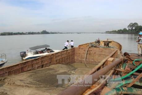 """Nạn """"cát tặc"""" tiếp tục diễn biến phức tạp trên sông Hậu, tỉnh Trà Vinh"""