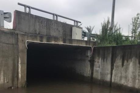 """Mưa về, cống chui cao tốc Nhật Tân – Nội Bài biến thành """"sông"""""""