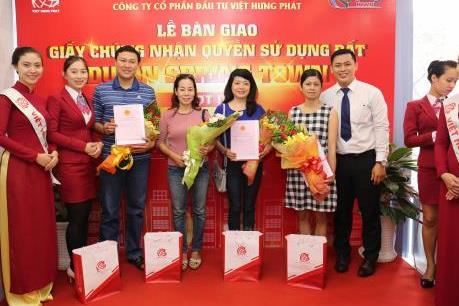 Địa ốc Kim Phát và Việt Hưng Phát trao chứng nhận quyền sử dụng đất cho khách hàng