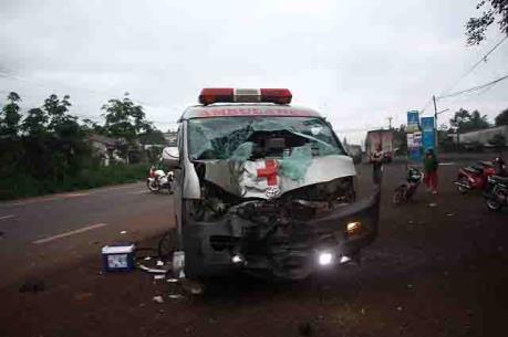 Xe cứu thương đâm vào xe máy, một người chết, một người nguy kịch