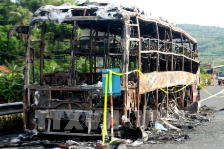 Phú Yên: Xe khách giường nằm bốc cháy dữ dội