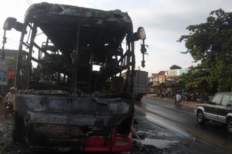 Đồng Nai: Xe khách bất ngờ bốc cháy, hàng chục người thoát nạn