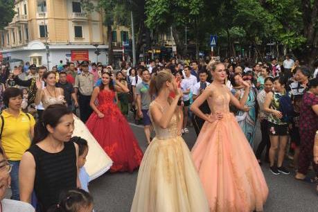 Hà Nội: Chính thức diễn ra màn trình diễn carnival đường phố đặc sắc tại phố đi bộ