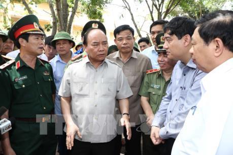 Thủ tướng Nguyễn Xuân Phúc kiểm tra công tác khắc phục hậu quả bão số 10 tại thị xã Cửa Lò
