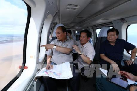 Thủ tướng thị sát khu vực ảnh hưởng biến đổi khí hậu tại Đồng bằng sông Cửu Long
