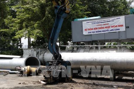 Thành phố Hồ Chí Minh: Đường Nguyễn Hữu Cảnh vẫn bị ngập dù có máy bơm công suất lớn