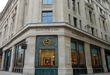 Trộm đột nhập cửa hàng trang sức cho Hoàng gia Anh