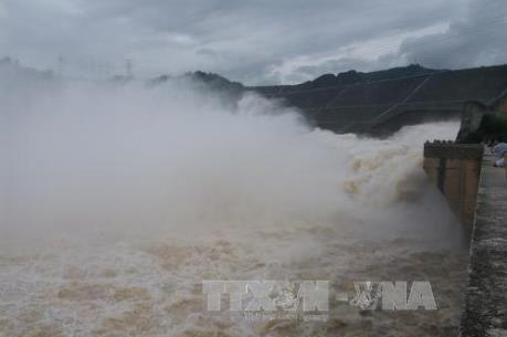 Thủy điện Hòa Bình xả lũ, người nuôi cá lồng thiệt hại nặng nề