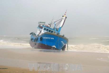 Giông lốc quật chìm một tàu cá ở cửa biển Sa Cần, Quảng Ngãi