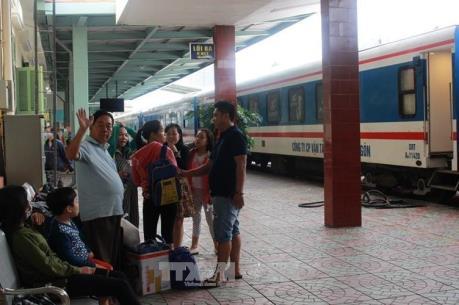 Đường sắt chuyển tải hành khách bị mắc kẹt do bão số 12