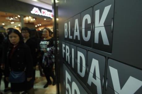 """Doanh số mua sắm ngày """"Thứ Sáu đen tối"""" có thể đạt hơn 13 tỷ USD ở Anh"""