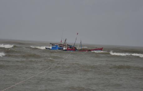 Quảng Ngãi: Sóng lớn đánh chìm tàu cá, một ngư dân mất tích