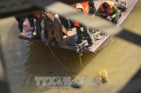 Trục vớt quả bom dưới chân cầu Long Biên
