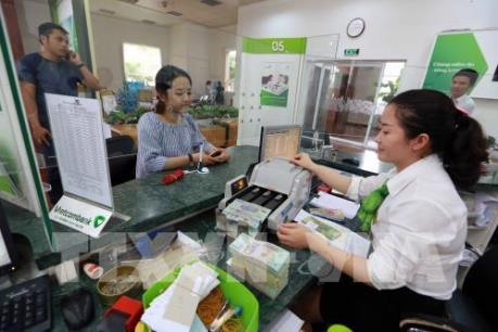 Phí dịch vụ rút, chuyển tiền nội mạng ngân hàng nào rẻ nhất?