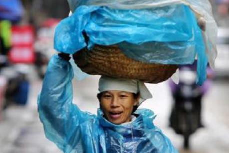 Người dân lao động ở Hà Nội chống chọi với giá rét