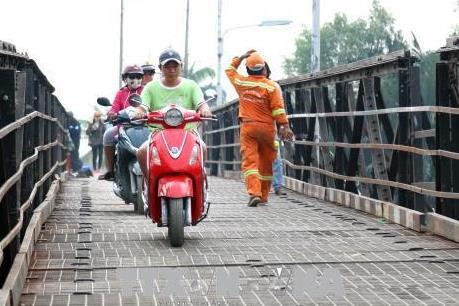 Thông xe cầu cũ Long Kiểng sau 12 ngày sửa nhịp cầu sập