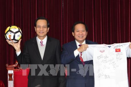 Thủ tướng tặng quả bóng và áo cầu thủ U23 để đấu giá ủng hộ người nghèo