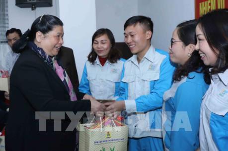 Phó Chủ tịch Quốc hội Tòng Thị Phóng chúc Tết công nhân môi trường đô thị Hà Nội