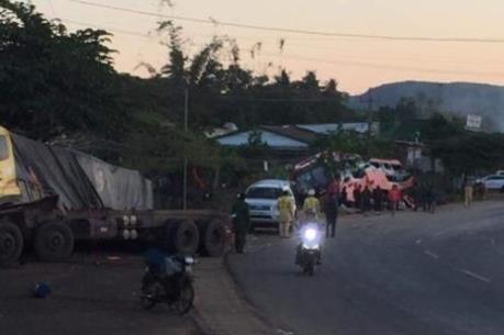 Xe tải tông vào đuôi xe khách trên đường Hồ Chí Minh, một người tử vong
