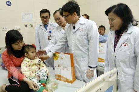 Phó Thủ tướng Vũ Đức Đam thăm, tặng quà các bệnh nhân ung thư tại Bệnh viện K