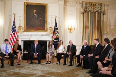 Mỹ công bố báo cáo kinh tế chính thức đầu tiên dưới thời Tổng thống D.Trump