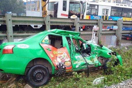 Taxi Mai Linh bị tàu hỏa đâm văng, lái xe tử vong