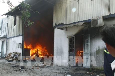 Cháy lớn ở một công ty gỗ ở Bình Dương