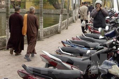 """Hà Nội: Dịch vụ trông giữ xe tự phát """"chặt chém"""" du khách"""