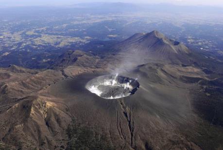 Nhật Bản: Cảnh báo nguy cơ do núi lửa Shinmoe phun trào
