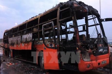 Xe khách Phương Trang cháy trụi trên quốc lộ 27C