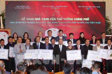 Thủ tướng trao kinh phí đấu giá quả bóng và áo đấu của U23 Việt Nam cho các huyện nghèo