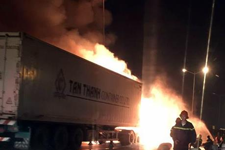 Xe container bốc cháy sau tai nạn giao thông, hai người thiệt mạng